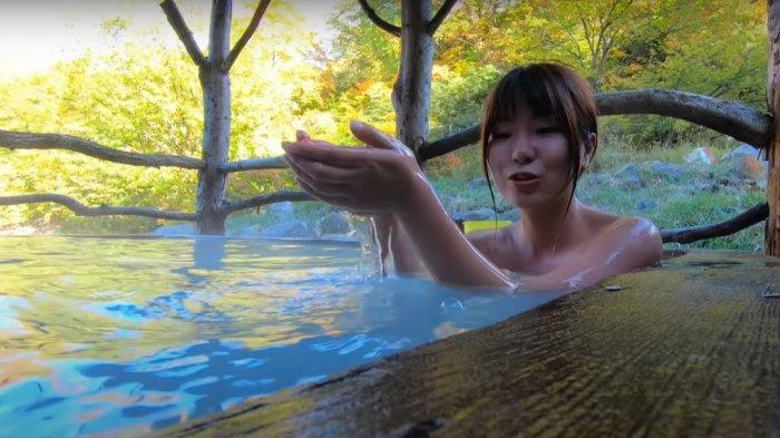 Bawakan Konten Wisata di Onsen, Akun Youtuber Cantik Asal Jepang Ini Langsung Diserbu Netizen