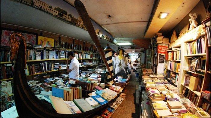 Demi Hindari Banjir, Toko Buku di Venice Ini Simpan Ribuan Buku di Bak Mandi Hingga Kapal
