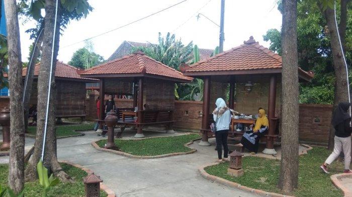 Restoran dengan Bangunan Ala Kerajaan Jawa di Colomadu Ini Jadi Pilihan Bersantai dengan Keluarga