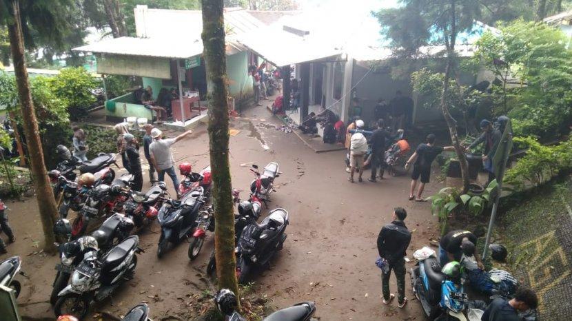 Relawan Selamatkan Pendaki Kelelahan di Gunung Lawu: Gendong Turun Sampai Pos 2