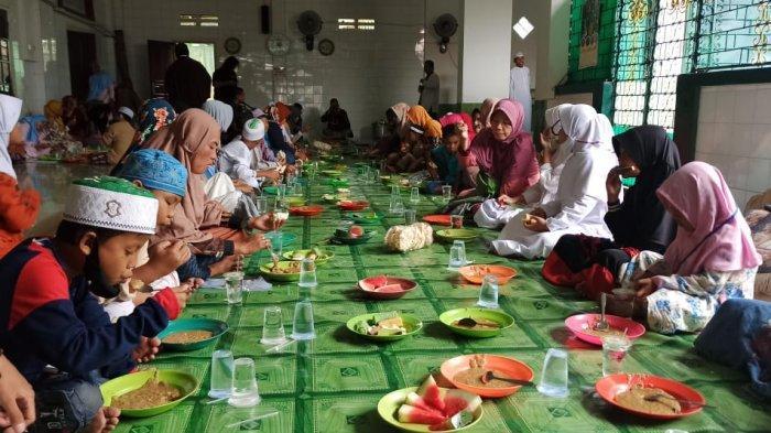 Tradisi Bagi-bagi Bubur Suro di Palembang