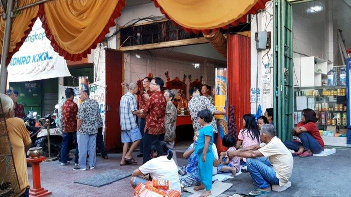 Demi Dapat Angpao,  Orang tua Hingga Anak-anak Menunggu depan ke Klenteng Kwan Kong