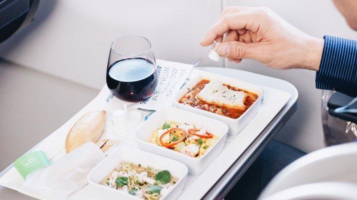 Begini Cara Mendapatkan Minuman dan Makanan Gratis di Atas Pesawat