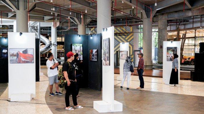 Deretan Foto Karya Peserta Couple Photoshoot & MUA Competition Terpajang di Atrium Nipah Mall