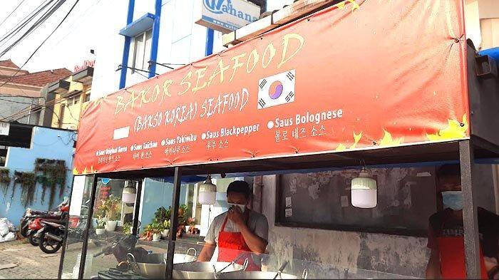 Di Jalan Anggrek Neli Murni, Kemanggisan, ada gerai bakso Korea yang menyajikan jajanan mirip tteok-bokki.