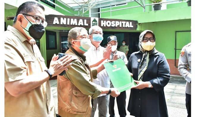Taman Safari Indonesia (TSI) Cisarua mendapat dispensasi dari Pemerintah Kabupaten Bogor, sehingga sudah boleh menerima pengunjung lagi. Keterangan foto: Ade Yasin, Bupati Bogor, berkunjung ke TSI pada Kamis (26/8/2021).