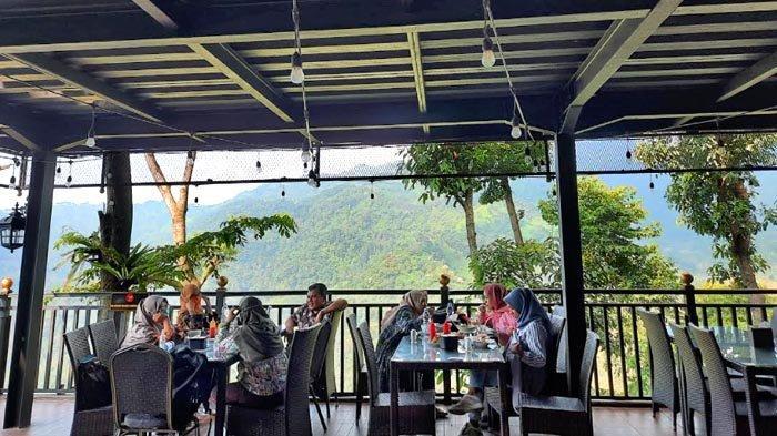 Nikmatnya Menyeruput Kopi Sambil Melihat Pemandangan Indah di Edensor Hills Cafe