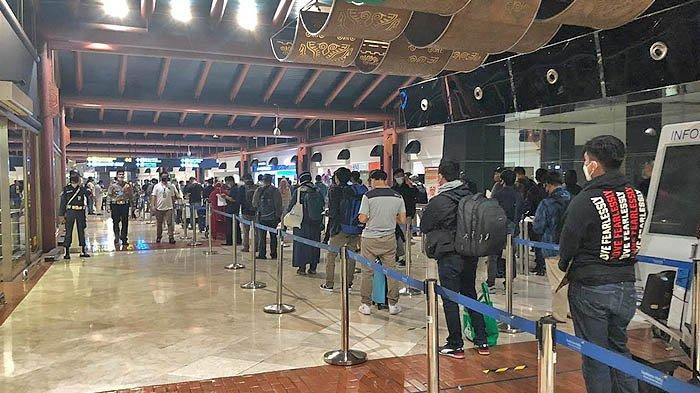 Meski Tertib, Antrean Penumpang Mengular di Bandara Soekarno Hatta