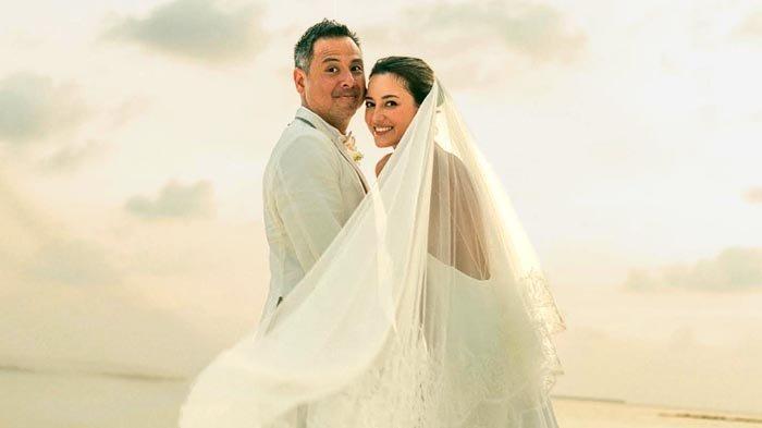 Julie Estelle dan David Tjiptobiantoro Gelar Upacara Pernikahan di Pantai Maladewa