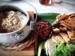 Sedapnya Nasi Liwet Komplet di Kaki Gunung Gede-Pangrango Ini